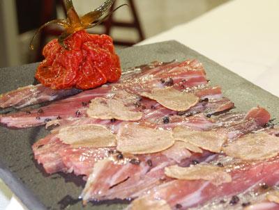 Carpaccio de secreto ibérico con trufa blanca del Piamonte y tomate semiseco
