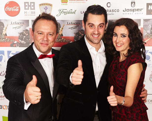 Fran Vicente junto a Claudio Mogilner y Eva González en los Premios Hosteleriasalamanca.es