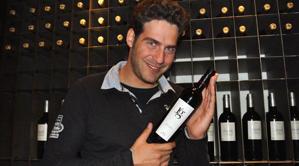 Juan García Postigo con su vino JG