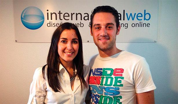 Fran Vicente con Eva González en las oficinas de Internacionalweb