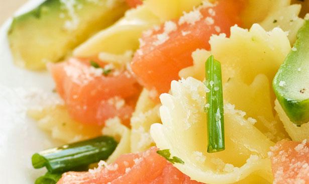 Cinco recetas de ensaladas diferentes - Ensalada de aguacate y salmon ahumado ...
