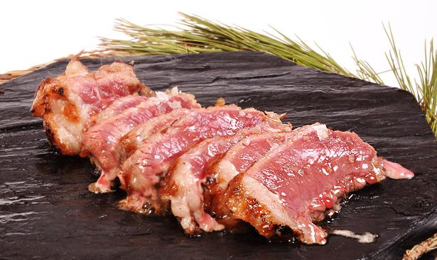 Carne a la piedra de Cala Fornells