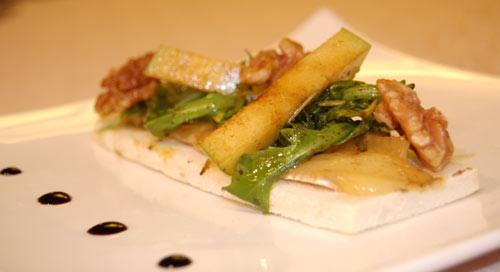 Tosta con queso brie, rúcula y manzana (tapa de la barra)