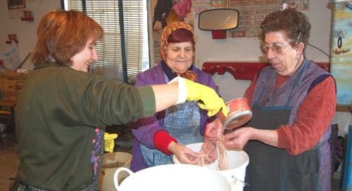 Lavando las tripas con agua y vinagre