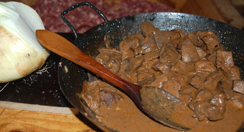 Un plato típico de matanza: hígado de cerdo guisado con cebolla