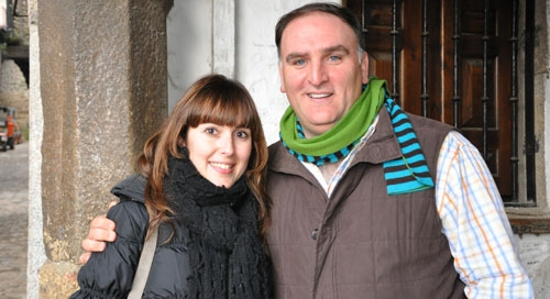 El célebre cocinero José Andrés junto a la periodista Eva González